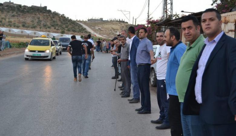 """""""سلسلة بشرية"""" بمئات الفلسطينيين تضامنا مع الأسرى في طوباس"""