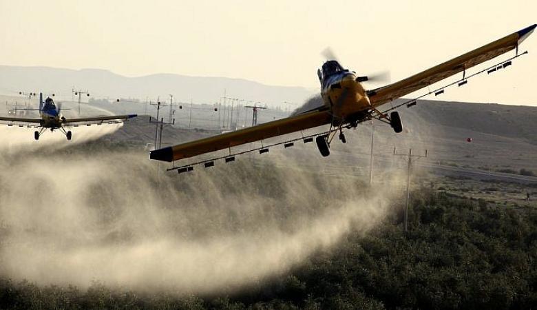 هآرتس : لهذا السبب يقوم الجيش برش اراضي الفلسطينيين بغزة بالمبيدات السامة