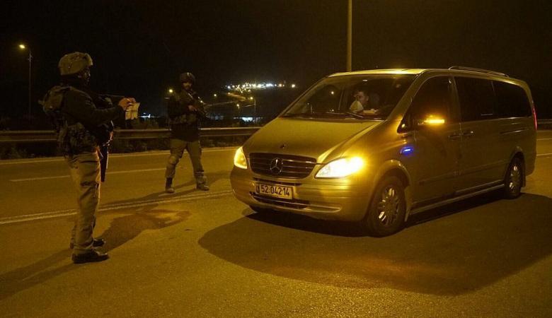 قوات الاحتلال تعرقل حركة المواطنين وتنصب حواجز جنوب جنين