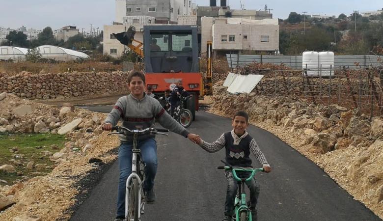 بلدية الخليل تُعيد تأهيل وتعبيد شبكة طرق واد الغروس المحاذية للمستوطنات