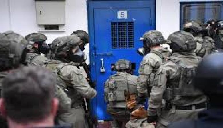 """إدارة سجون الاحتلال تستولي على مبالغ """"الكنتينا"""" لـ10 أسرى"""