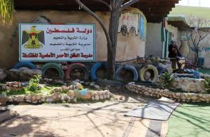 طلاب مدرسة الخان الأحمر يتحدون قرارات الاحتلال الداعية لاغلاق المدرسة بنية هدمها.