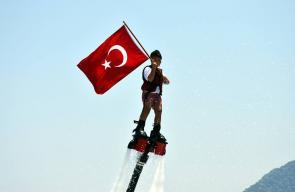 رياضيون أتراك يرفعون أعلام تركيا في ذكرى الانقلاب الفاشل