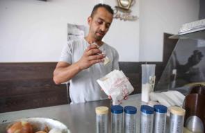 فلسطيني يحول قنابل غاز الاحتلال لتعبئة الملح والفلفل