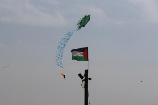 النيابة الإسرائيلية تتهم شابين من غزة بصناعة طائرات حارقة