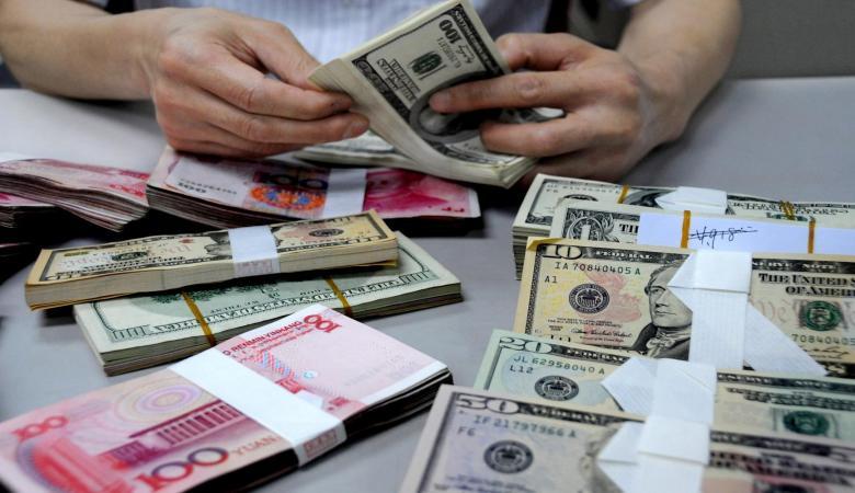انخفاض طفيف على سعر صرف الدولار والدينار