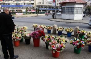 باعة باقات الزهور يعرضون زهورهم على أرصفة الشوارع وسط مدينة نابلس، لمناسبة يوم الأم