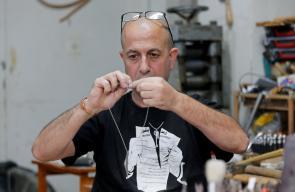 الحرفي أكرم الوعره يصنع هدايا تذكارية من قنابل الغاز التي يستهدف بها الاحتلال الإسرائيلي الفلسطينيين، بورشته في مخيم عايدة للاجئين في بيت لحم