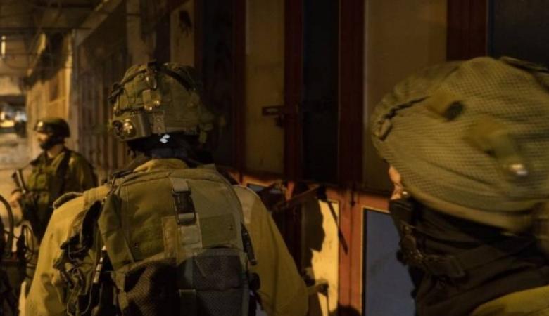 الاحتلال يعتقل شقيقين من حزما شمال شرق القدس