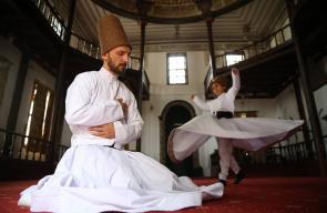 طلاب يتلقون دروسًا في الرقص الصوفي الشاق بتركيا