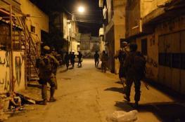 الاحتلال يعتقل 8 مواطنين في الضفة ويغلق مدخل العيسوية بشكل مفاجئ