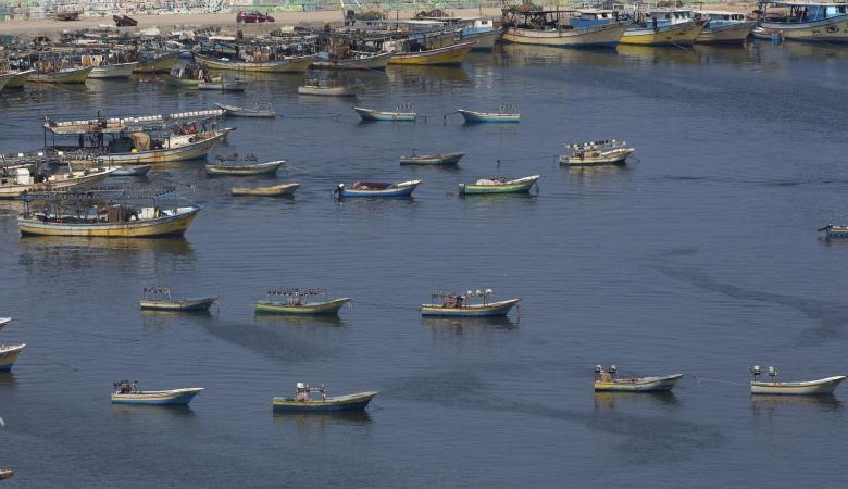 الاحتلال يستهدف الصيادين ويتوغل شرق غزة