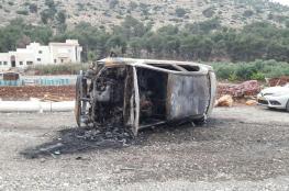 بالصور: مستوطنون يضرمون النار بسيارتين في قرية قربة الناصرة