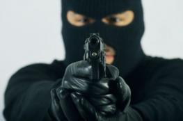 """سرقة سيارة ومبلغ بقيمة """" 120"""" الف شيكل بسطو مسلح بنابلس"""