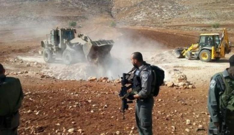 مستوطنون يجرفون أراضي في قرية بورين جنوب نابلس