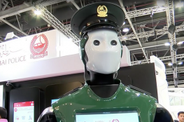 بالفيديو : الروبوتات بدلا من رجال الشرطة في دبي