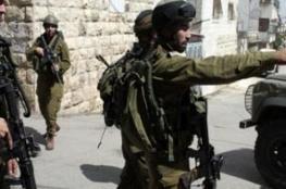 الاحتلال يقتحم المغير.. إصابة شاب واعتقال آخر وإخطارات بالهدم وتقييد للحركة