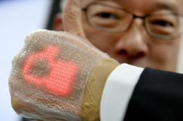 ابتكار شاشة رقيقة يمكن لصقها على اليد مثل الضمادات