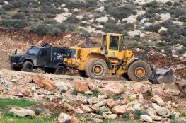 الاحتلال يصيب شابا ويهدم غرف سكنية وبركسات غرب بيت لحم