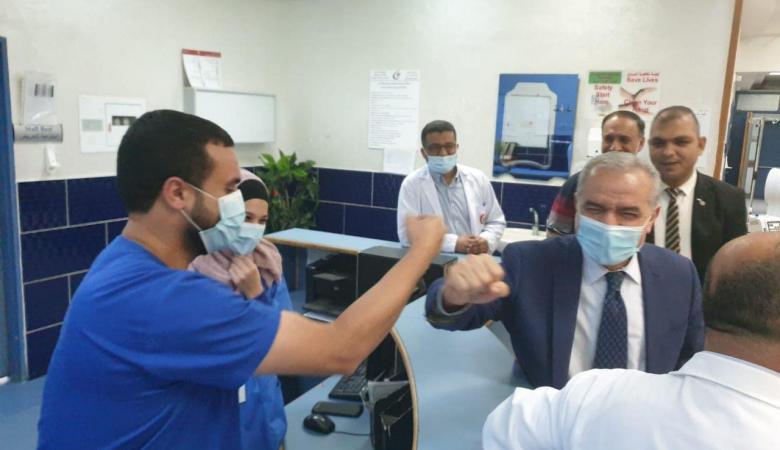 اشتية يعود المرضى في مجمع فلسطين الطبي ويطلع على عمل الأقسام