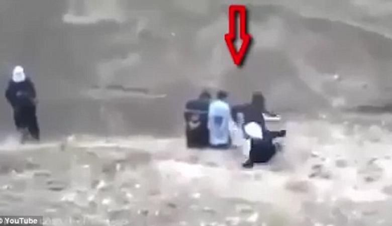 شاهد..أسير يخطف سلاح داعشي قبل تنفيذ الإعدام به