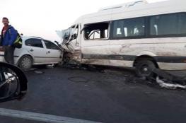مصرع عامل واصابة 21 آخرين في حادث سير مروع جنوب الخليل