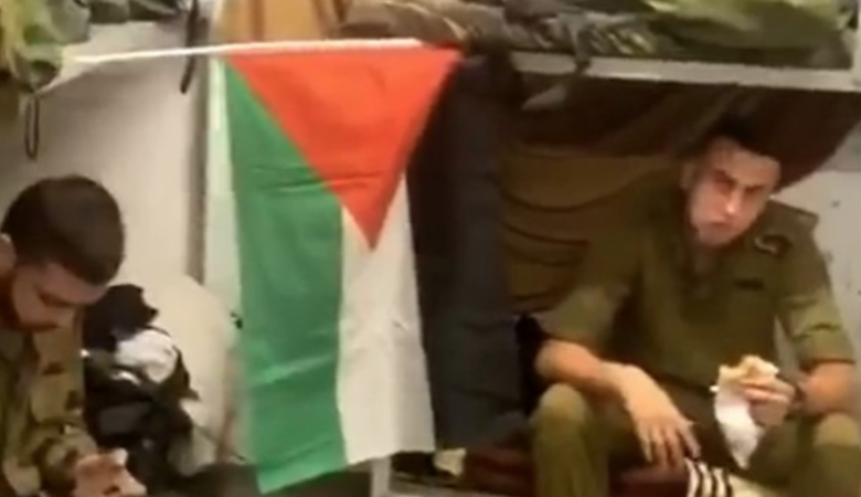 شاهد ..رفع العلم الفلسطيني في قاعدة عسكرية لجيش الاحتلال