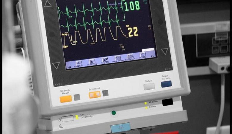 العثور على أجهزة طبية لمستشفى حكومي بمركز طبي خاص