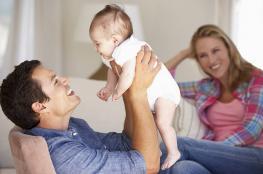 سعادة الآباء بالأطفال تفوق سهر الليالي