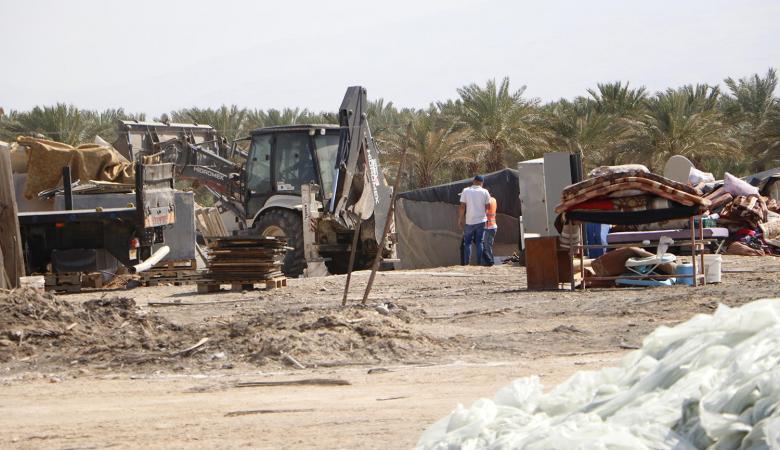 الاحتلال يهدم أربعة مساكن وخمس خيام سكنية بمسافر يطا