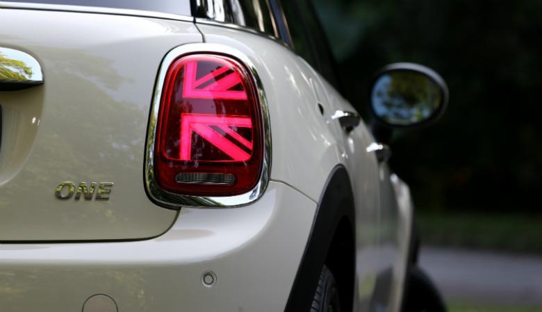 لهذا السبب تمتلك بعض السيارات ضوء خلفي واحد