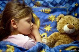 عادات الوالدين داخل المنزل تؤثر على نوم الأطفال