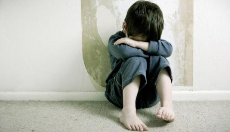 أب يُعذّب ابنه داخل مخزن 5 سنوات في الخليل