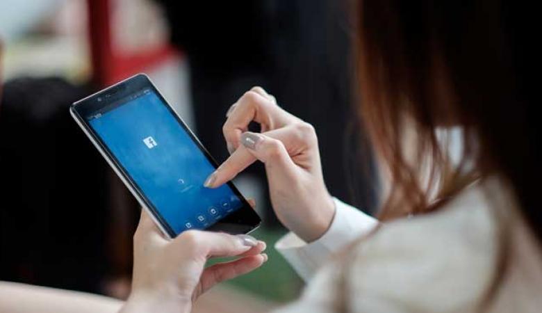 ارتفاع كبير على عدد مستخدمي فيسبوك وواتساب في فلسطين