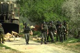 الاحتلال يغلق طرقا زراعية في المغير شمال رام الله