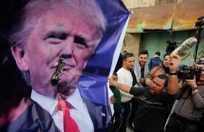 رشق  صور الرئيس الأمريكي ترامب بالأخذية اليوم خلال مواجهات مع قوات الاحتلال في الخليل