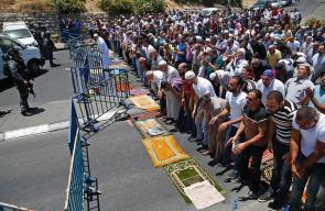 الفلسطينيون يصلون على الأسفلت لاول مرة منذ 48 عاما بعد منعهم من دخول الاقصى