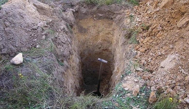 رجل فلسطيني يقدم على دفن ابنته حية