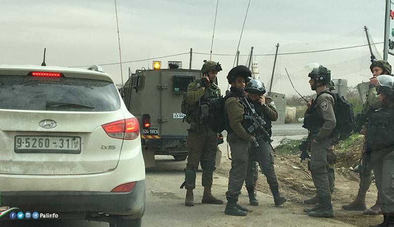 جنود الاحتلال ينكلون بمواطن من جنين على حاجز زعترة
