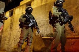 الاحتلال يعتقل 3 فلسطينيين في الضفة الغربية فجر اليوم