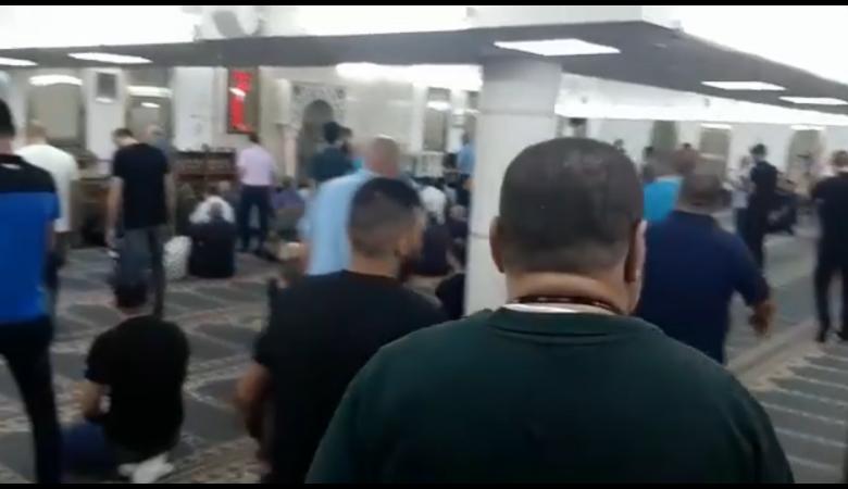 شاهد ..فلسطينيون يخالفون الاغلبية وقرار المفتي ويؤدون صلاة العيد !