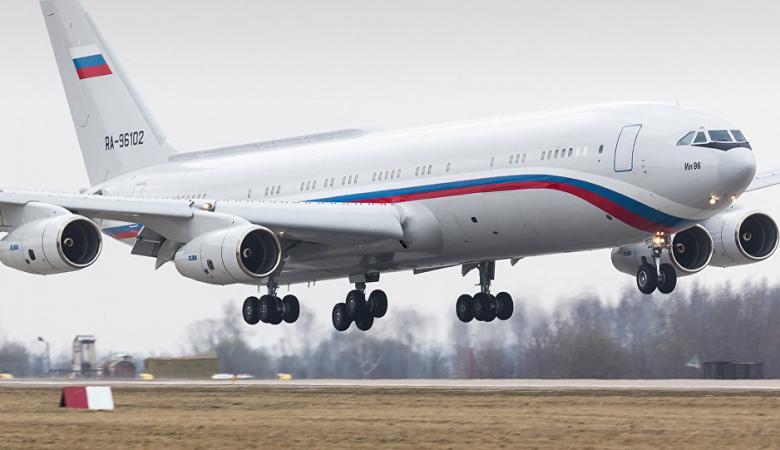 طائرة روسية مدنية ضخمة معلقة في الهواء دون حركة تثير جدلا واسعا (فيديو)