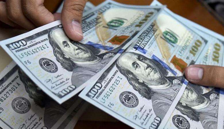 الدولار يهوي لأدنى مستوى له منذ عام ونصف
