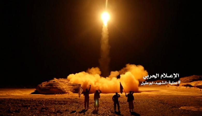 الحوثيون يصعدون ويقصفون مطاراً سعودياً