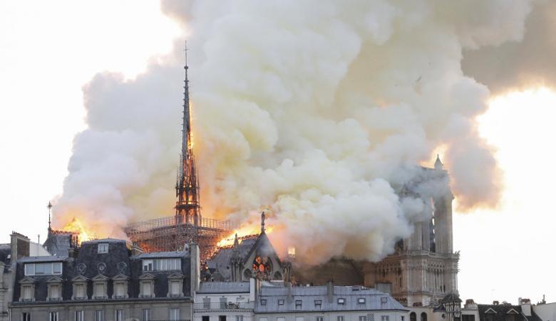 بالفيديو... حريق ضخم يلتهم أهم معالم باريس السياحية