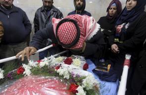 المواطنون يشيعون جثامين الشهداء الفلسطينين الذين سلمهم الاحتلال