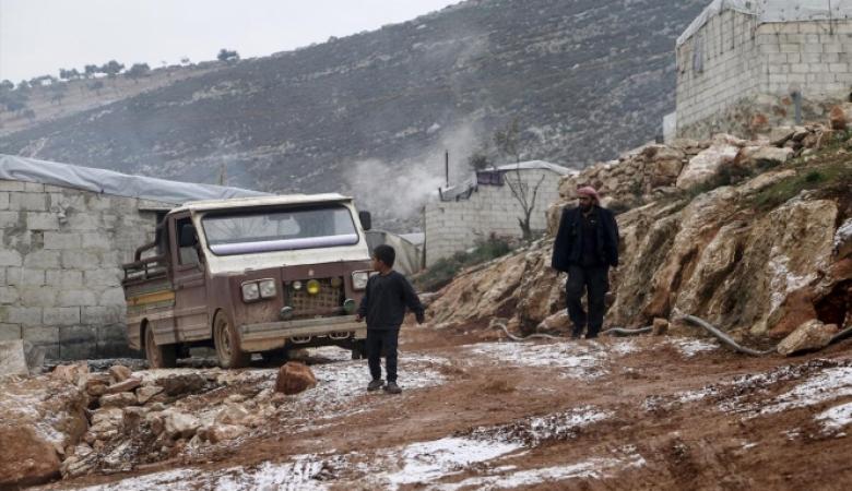 يحرقون ملابسهم: وسائل التدفئة لمهجري إدلب بسوريا