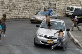 مستوطن يحاول دهس فلسطيني وقتله وضرب آخر وتكسير مصابيح سيارات