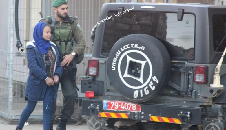 شاهد ..قوات الاحتلال تعتقل فتاة فلسطينية في الخليل