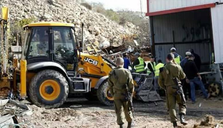 جرافات الاحتلال تنفذ عملية هدم مخازن في بلدة حوارة جنوب نابلس